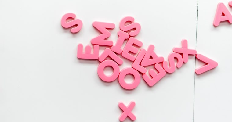 Alfabet czy liczby – którą mata puzzli piankowych wybrać
